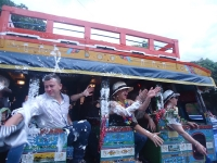 Ambiente festivo en el Desfile de Chivas de la Feria de las Flores