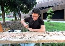 El escultor Ariel Gil talla sus emociones en la madera