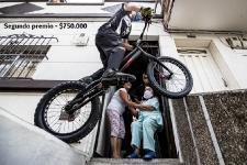 Segundo premio - Javier Zapata, pionero de bike trial en el país y varias veces récord Guinnes, llevó recreación a los habitantes del barrio la Magnolia de Envigado para alegrarle la tarde en esta época de pandemia. Jaime Pérez Munevar