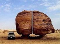 La milenaria roca dividida con la precisión de un láser